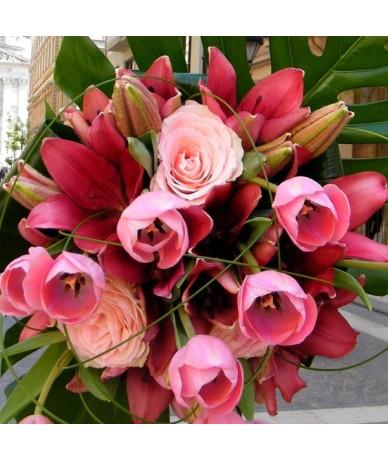 Gyönyörű csokor tulipán és liliom együttlétében
