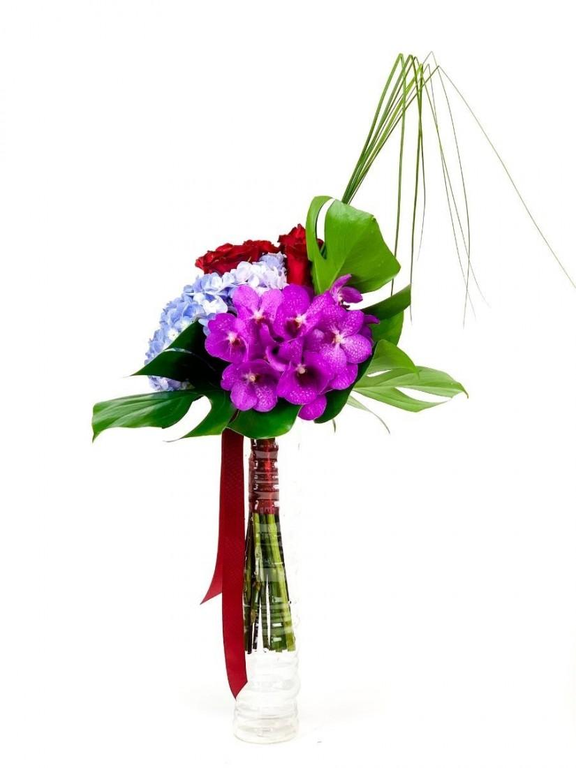 Hosszú csokor rózsából, hortenziából és orchideából