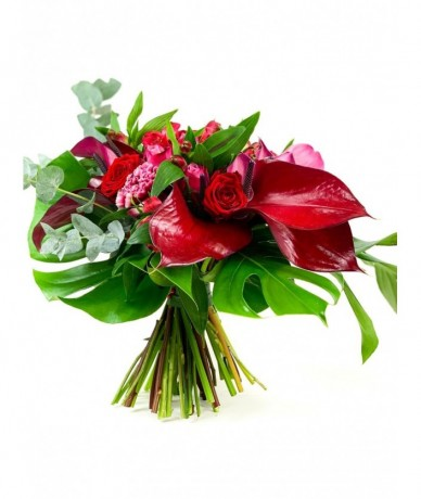 Round bouquet in the shades of dark red