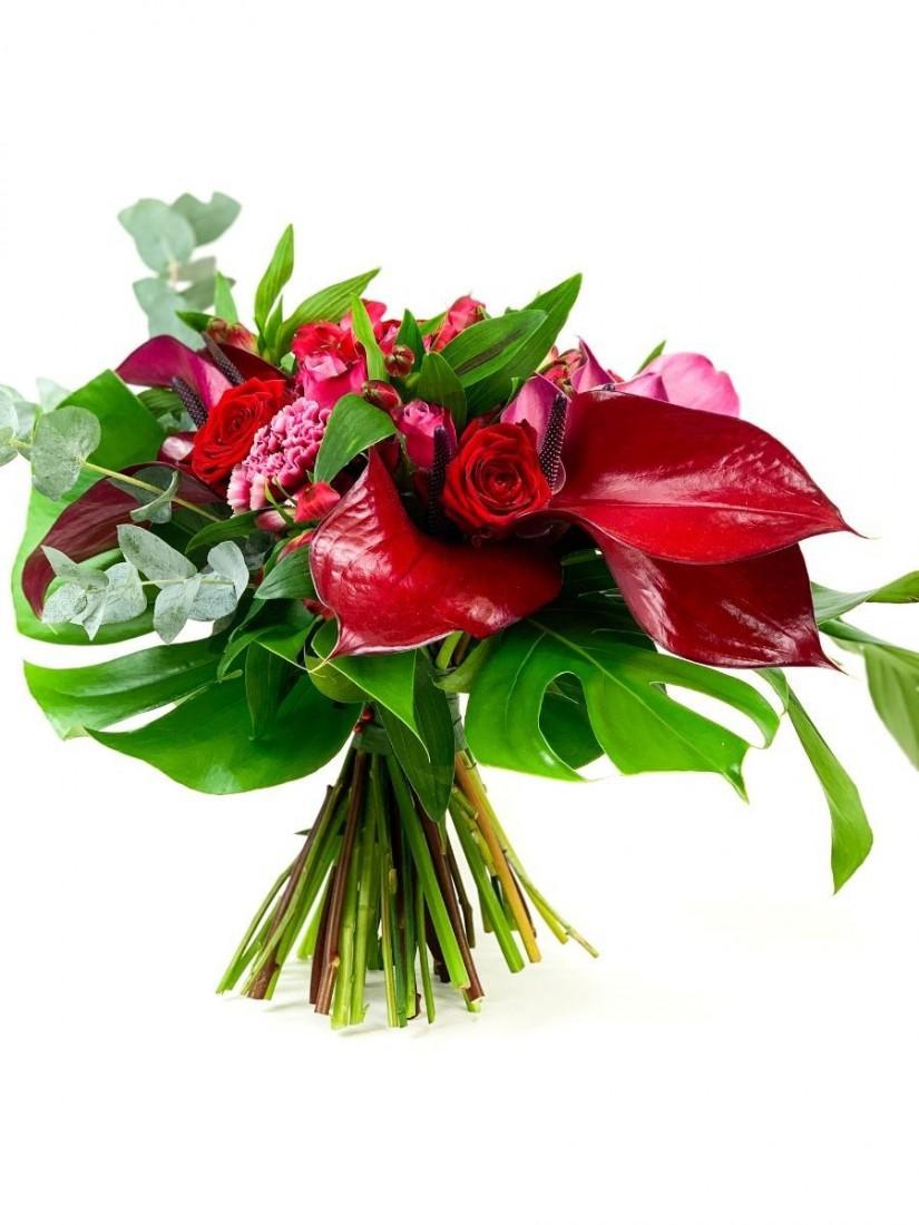 Round bouquet in the shades of dark red