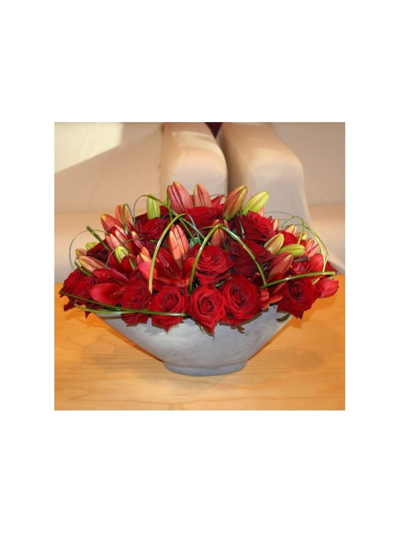20 szál vörös rózsából és liliomból készült elegáns asztaldísz