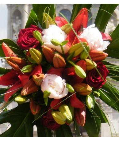 Vidám hangulatú, elegáns körcsokor liliommal és rózsával