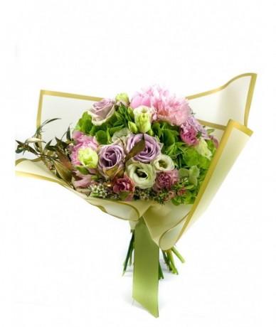 Kerek virágcsokor pasztell virágokból