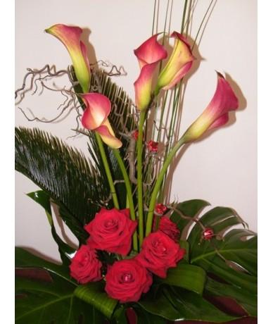 Hosszított csokor ágbogak közt kálák és rózsák együttesében
