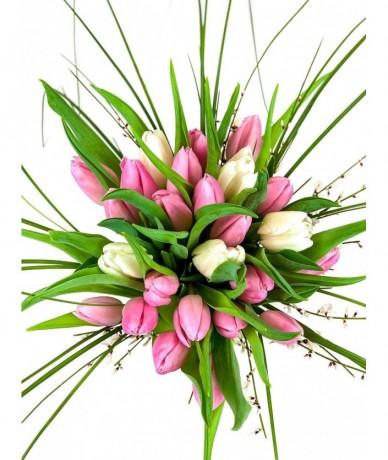Tavaszi tulipáncsokor, macifűvel megbolondítva