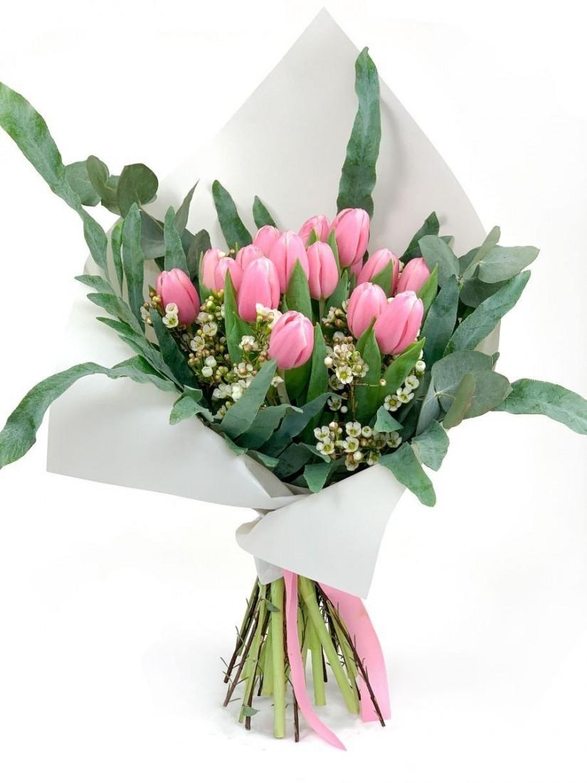 30 szálas tulipáncsokor rózsaszínben, levelekkel