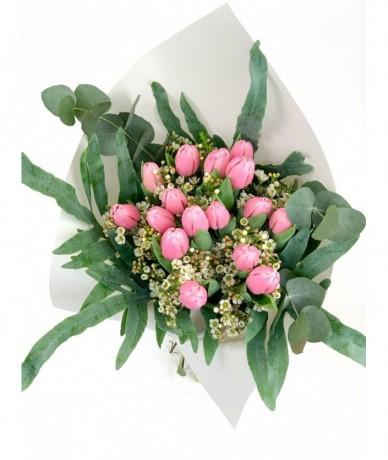 16 szálas tulipáncsokor rózsaszínben, levelekkel