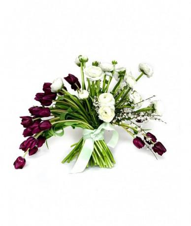 Legyezőszerűen szétomló bordó-fehér virágcsokor tulipánnal és boglárkával