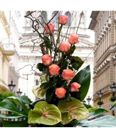 Piramis formájú rózsa és flamingó virágkompozíció