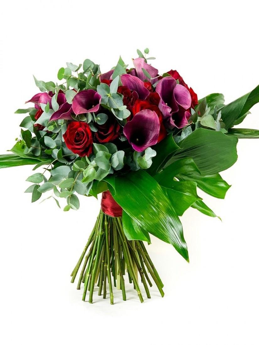 Vörös rózsa és bordó kála harmóniája virágcsokorba kötve