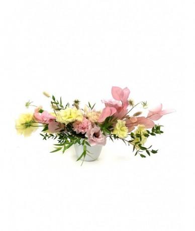 Modern, tűzőhabos kompozíció élénk színű tavaszi virágokból