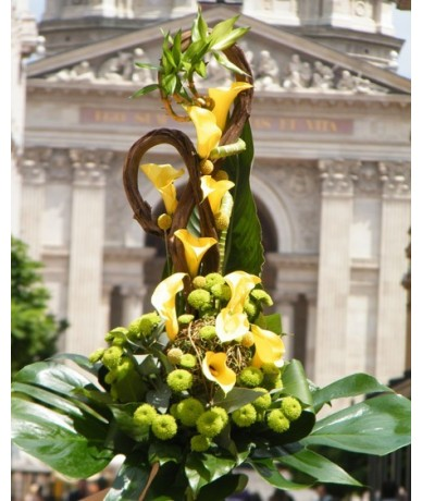 Elongated bouquet with yellow calla lilies