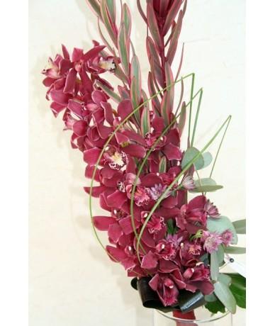 Hosszú csokor lila cymbidium orchideából