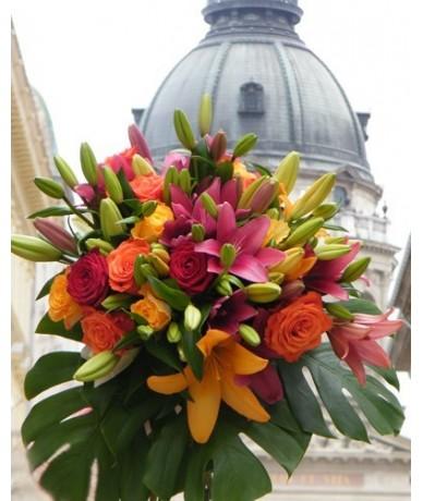 Liliom és rózsa színes kavalkádja, szépséges nagy csokorban