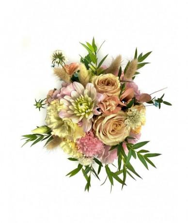 Bájos tűzött kompozíció színes virágokból