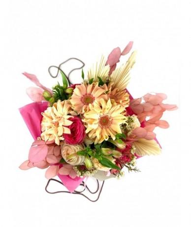 Kerek színes virágcsokor finom árnyalatokban