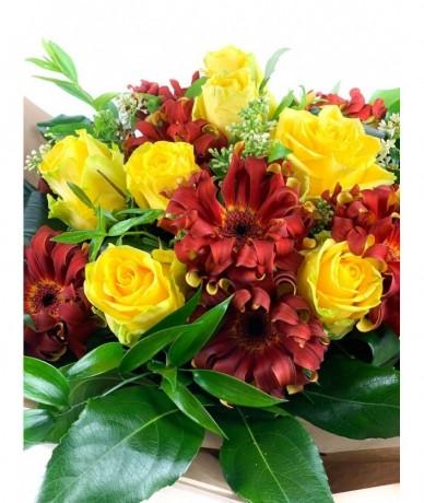 Színes, kedves virágos csokor megannyi színben
