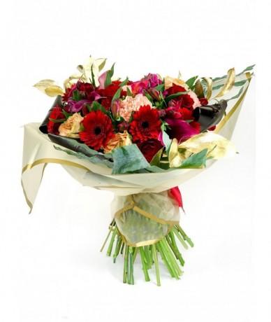 Buja csokor vidám színekben rózsákkal