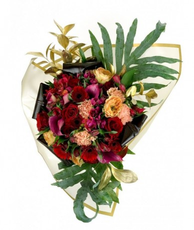 splendid bouquet of roses and lilies