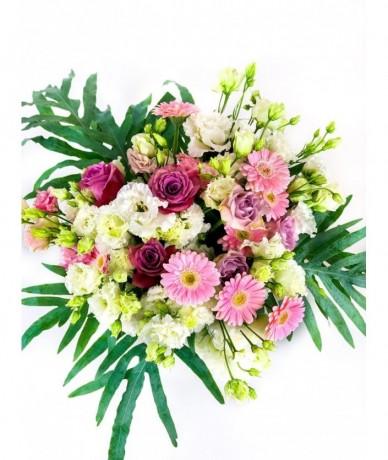 Kedves körcsokor színpompás virágokból