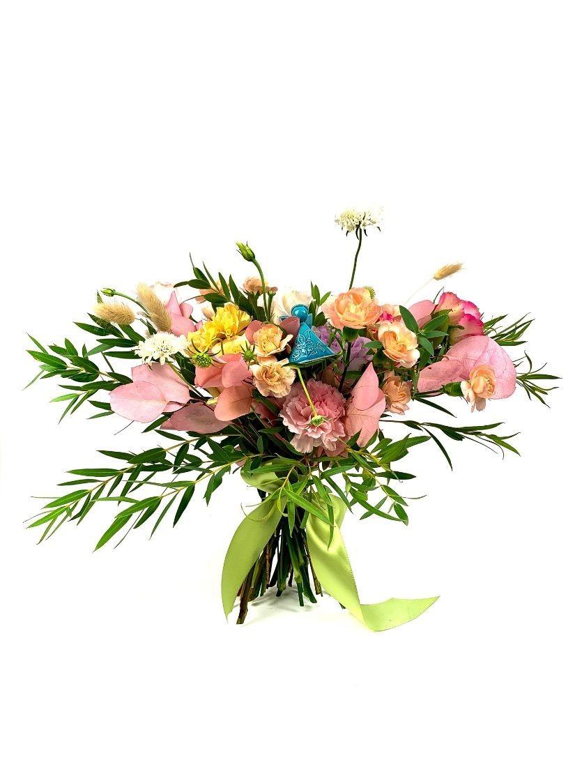 Virágcsokor babaszületésre - a kézműves kerámia angyalka örök emlék marad.