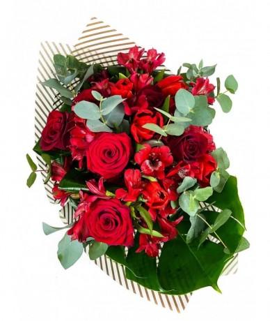 Kerek virágcsokor vörös színű virágokból kötve