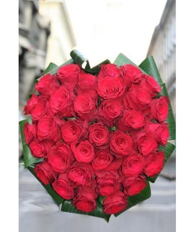 Szív alakú csokor vörös rózsából