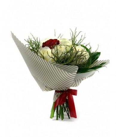Fehér rózsatenger és egy vörös rózsa szenvedélyes találkozása