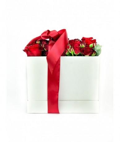Vörös rózsák kocka alakú fehér virágdobozban XL méretben