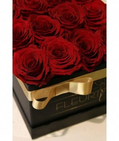 Vörös rózsából készült tűzött fekete négyzetes virágdoboz