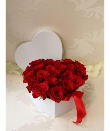 Vörös rózsából készült tűzött szív alakú kerek virágdoboz