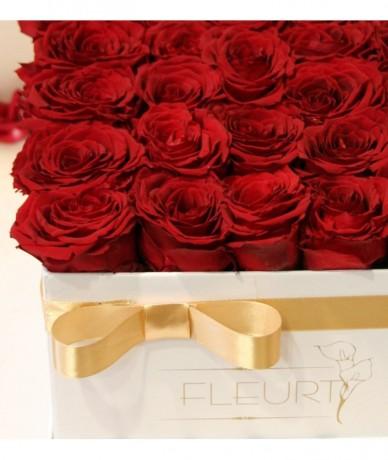 Elegáns fekete négyzetes virágdoboz vörös rózsákkal