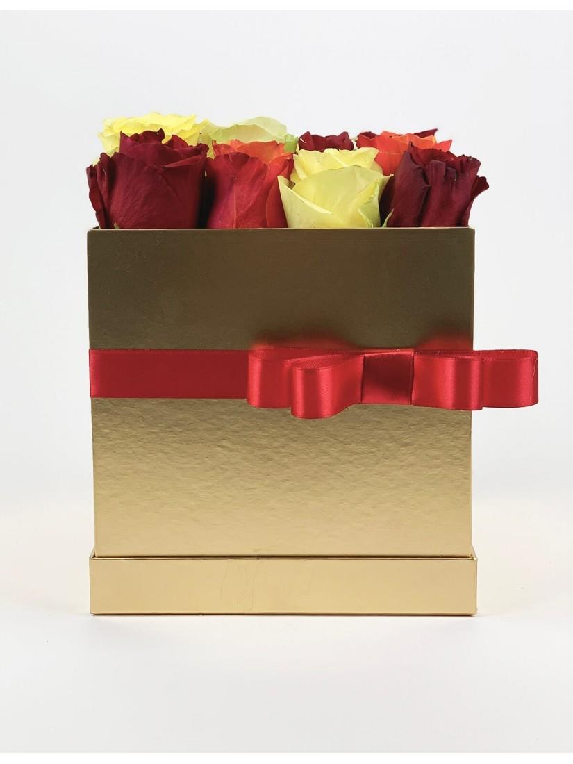 Aranydobozban kedves vegyes rózsakompozíció