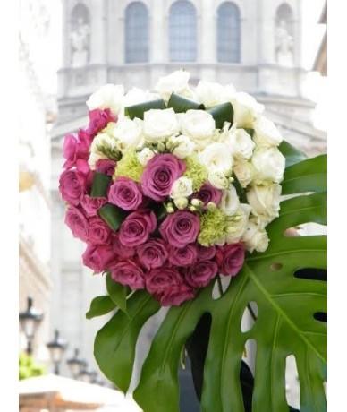 Virágcsokor, melyben a lila és fehér rózsák gyönyörű kontrasztot alkotnak