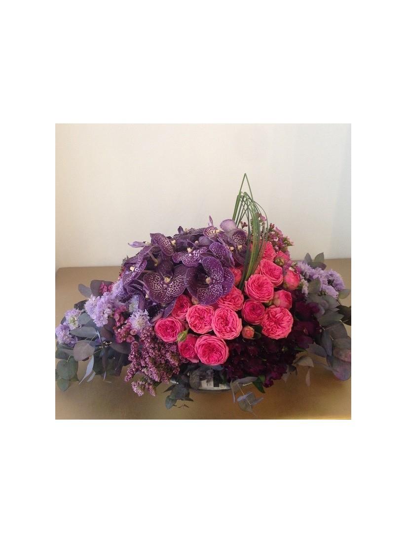 Gyönyörű lila virágok tűzött kompozícióban lila színekkel