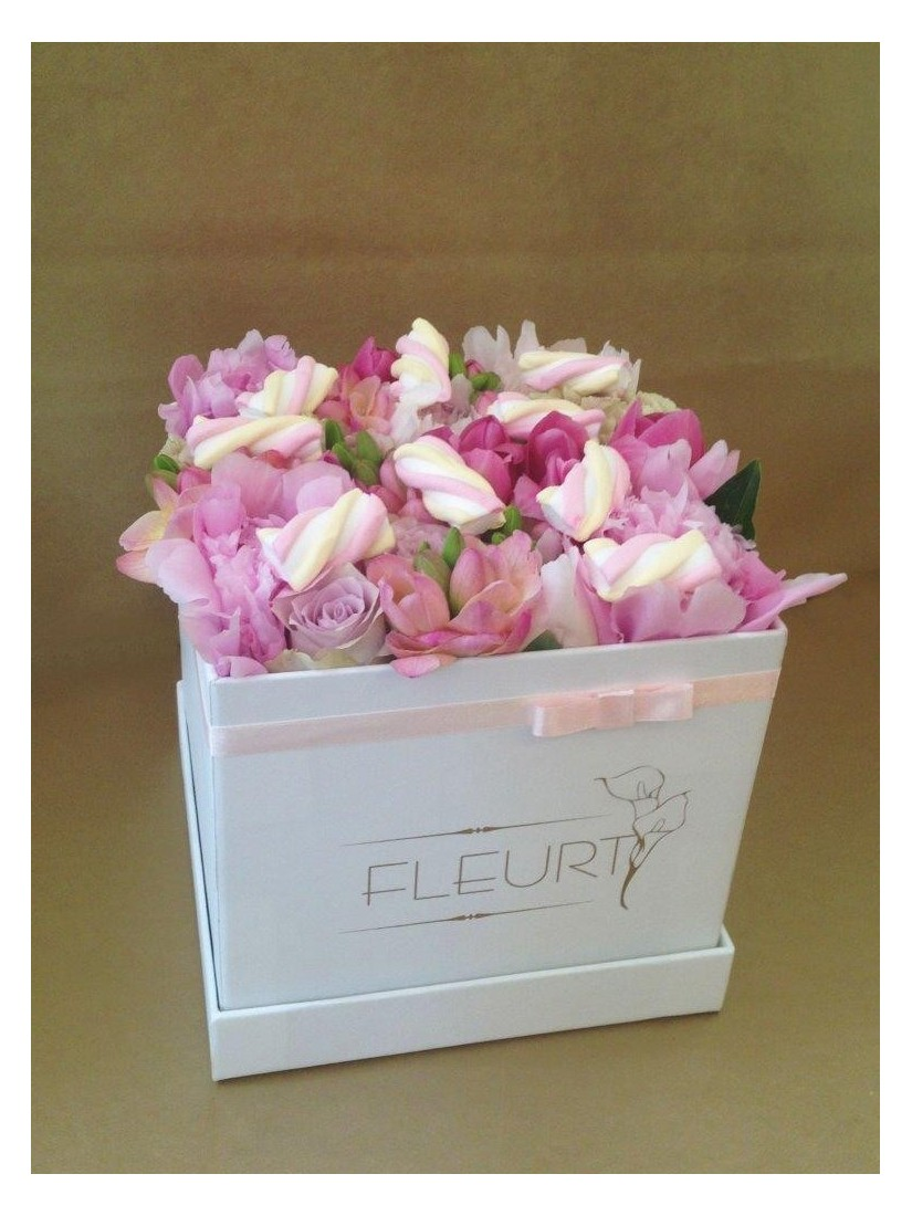 Virágdoboz rózsaszín virágokból gumicukorral