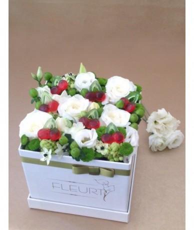 Virágdoboz zöld virágokból gumicukorral