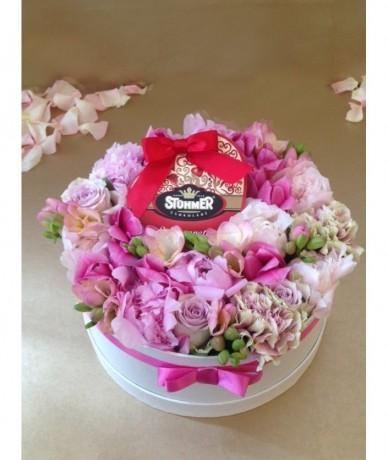 Tűzött kompozíció rózsaszín virágokból csokoládéval
