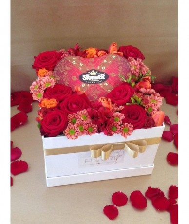 Tűzött kompozíció bordó és narancs virágokból csokoládéval