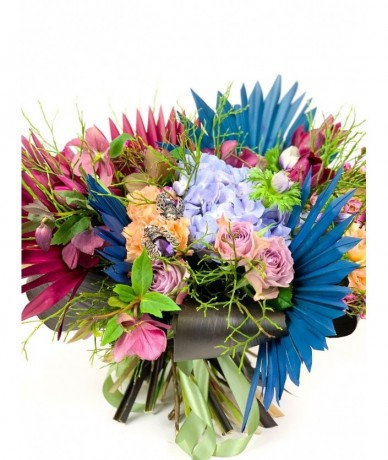 Hatalmas kerek gazdag virágcsokor bordó-kék színben