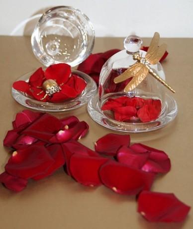 Rózsás dekoráció üvegbúra alatt