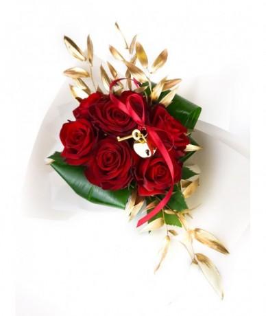 7 szálas rózsacsokor arany lakattal