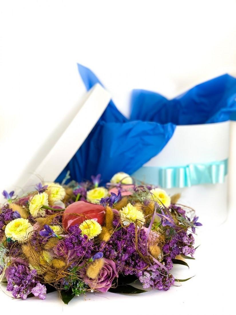 Exkluzív művirág koszorú kékben, kerámia szívvel