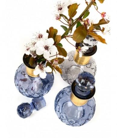 Kis lila üvegpalack kupakkal