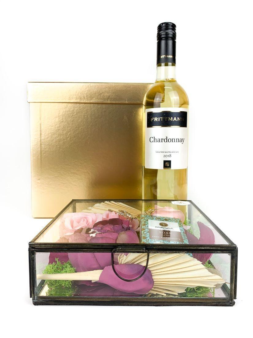 Két bross, Manna natúr szappant és pár illatos szappanrózsa, egy üveg Chardonnay borral díszesen