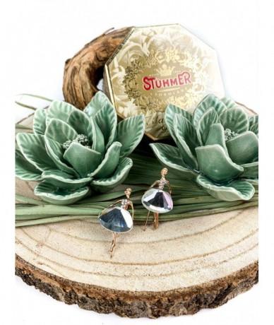 Két gyönyörű szalvétadíszt, egy doboz Stühmer marcipán csokoládé és két mini balerina bross ajándékcsomagban