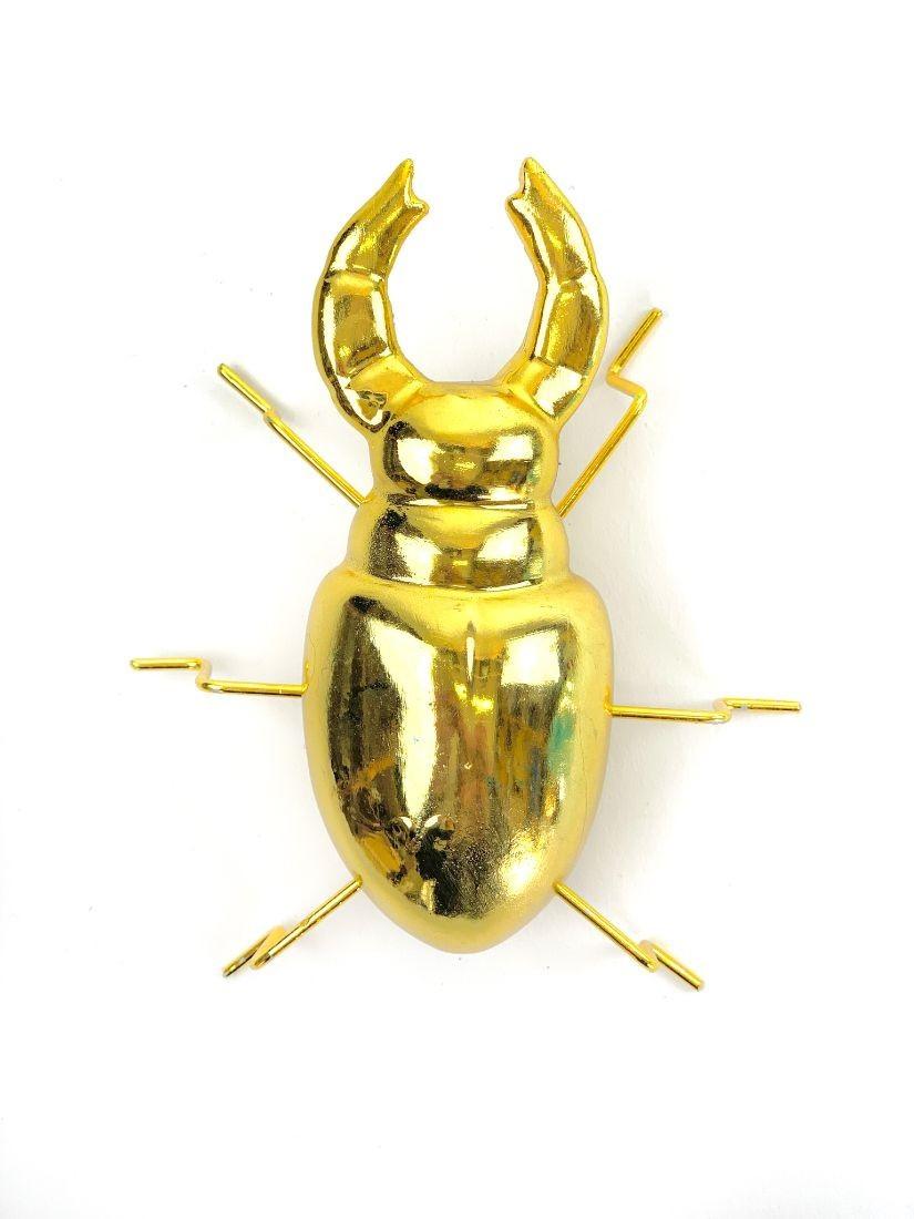 Fémből készült fényes arany szarvasbogár -modern dísztárgyak a Fleurttől