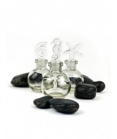 Kis üvegcsék tengeri motívumokkal díszített dugókkal