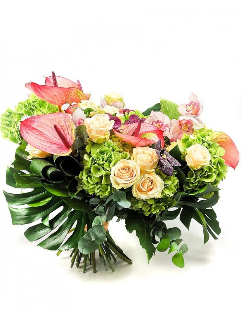 Hangulatos kerek virágcsokor, ahol a zöld szín dominál, anthuriummal, rózsával, hortenziával