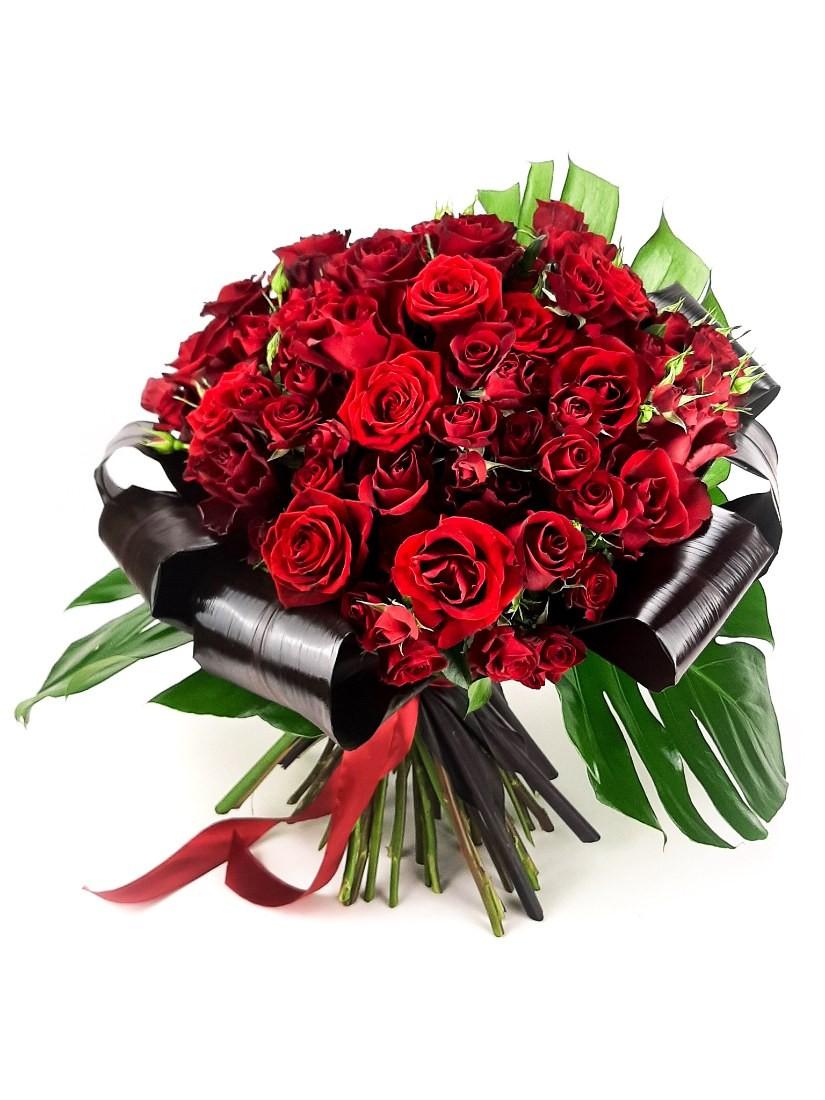 50 szál égővörös rózsából kötött káprázatos csokor